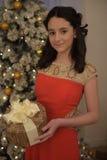 Belle fille de l'adolescence dans la robe rouge intelligente Photographie stock libre de droits
