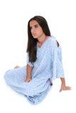 Belle fille de l'adolescence dans pleurer de robe d'hôpital Photos stock