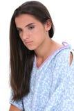Belle fille de l'adolescence dans pleurer de robe d'hôpital Images stock