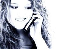 Belle fille de l'adolescence de seize ans sur le portable photos stock