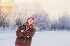 belle fille de l'adolescence extérieure en hiver image libre de droits