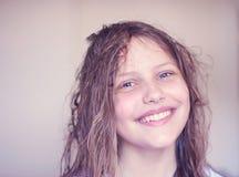 Belle fille de l'adolescence heureuse avec les cheveux humides Image stock