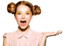Belle fille de l'adolescence joyeuse avec des taches de rousseur Photographie stock libre de droits