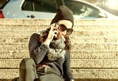 Belle fille de l'adolescence parlant au téléphone - filtre chaud Images libres de droits