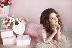 Belle fille de l'adolescence rêvant avec les cheveux bouclés, portrait de beauté, r Photo stock