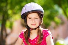 Belle fille de la préadolescence dans le casque de sécurité Photographie stock