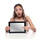 Belle fille de la préadolescence montrant une tablette Images libres de droits