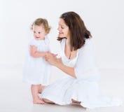 Belle fille de mère et d'enfant en bas âge ayant Photographie stock libre de droits