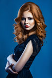 Belle fille de mode avec de longs cheveux rouge-brun onduleux modèle blond avec la coiffure bouclée et le maquillage fumeux à la  Photos libres de droits
