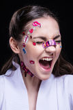 Belle fille de mode avec le maquillage professionnel de luxe et les autocollants drôles d'emoji collés sur le visage Images libres de droits