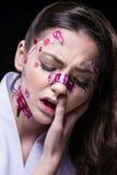 Belle fille de mode avec le maquillage professionnel de luxe et les autocollants drôles d'emoji collés sur le visage Photographie stock libre de droits