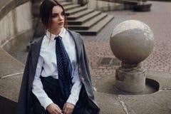 Belle fille de mode dans l'habillement à la mode posant dans la rue photo libre de droits