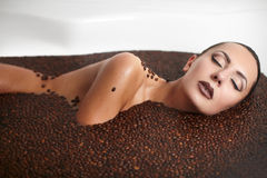 Belle fille de mode dans le jacuzzi avec du café Image stock