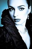 Belle fille de mode sur le fond bleu Image stock