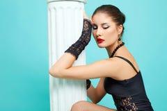 Belle fille de mode sur le fond de turquoise photo libre de droits