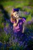 Belle fille de petit enfant en bas âge avec des fleurs dans la robe rose au beau jardin image stock