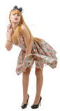 Belle fille de pin-up avec une robe colorée Photographie stock libre de droits