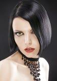Belle fille de plan rapproché avec le plomb à la mode de coupe de cheveux photographie stock libre de droits