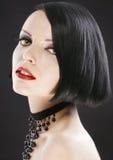 Belle fille de plan rapproché avec le plomb à la mode de coupe de cheveux images stock