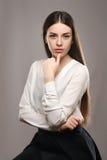 Belle fille de portrait dans le chemisier blanc et la jupe noire Photographie stock