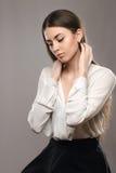 Belle fille de portrait dans le chemisier blanc et la jupe noire Photo libre de droits