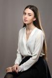 Belle fille de portrait dans le chemisier blanc et la jupe noire Image libre de droits