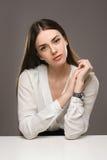 Belle fille de portrait dans le chemisier blanc et la jupe noire Image stock