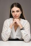 Belle fille de portrait dans le chemisier blanc et la jupe noire Photographie stock libre de droits
