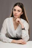 Belle fille de portrait dans le chemisier blanc et la jupe noire Images libres de droits