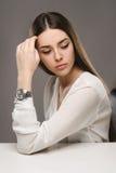 Belle fille de portrait dans le chemisier blanc et la jupe noire Photo stock
