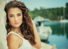 Belle fille de portrait de luxe, cheveux bouclés Photo libre de droits