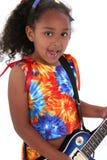 Belle fille de six ans avec la guitare électrique bleue au-dessus du blanc Photos stock