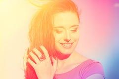 Belle fille de soleil de portrait Femme de sourire heureuse de plan rapproché le jour d'été photos stock