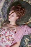 Belle fille de sommeil en tissu coloré par fleur Photos stock