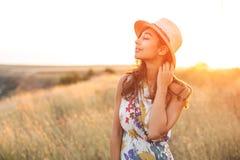 Belle fille de sourire appréciant le soleil dehors Images libres de droits