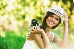 Belle fille de sourire avec le vieil appareil-photo Photos libres de droits