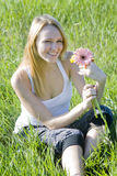 Belle fille de sourire avec les fleurs lumineuses Photos libres de droits