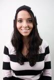 Belle fille de sourire dans les pistes laineuses Photo stock