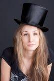 Belle fille de sourire dans un chapeau noir Images stock