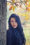 Belle fille de sourire en nature le jour ensoleillé d'automne Images stock