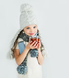 Belle fille de sourire heureuse d'hiver avec la tasse de thé Fille riante Photos stock