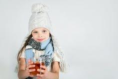 Belle fille de sourire heureuse d'hiver avec la tasse de thé Fille riante Images stock
