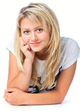 Belle fille de sourire se trouvant sur l'étage Photographie stock libre de droits