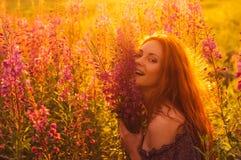 Belle fille de sourire sur le champ, contre-jour du soleil, lever de soleil image libre de droits