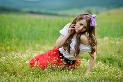 Belle fille de sourire sur le gisement de céréale au printemps Images libres de droits