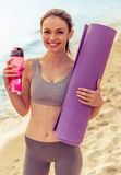 Belle fille de sport sur la plage Photo libre de droits