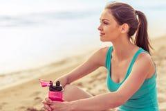 Belle fille de sport sur la plage Image stock