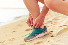 Belle fille de sport sur la plage Photo stock