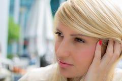 Belle fille de Thoughtfull avec de longs cheveux blonds dehors Images libres de droits