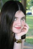 Belle fille de Tween s'asseyant à l'extérieur à l'école Photos stock